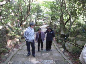 三滝寺鐘楼へと繋がる階段を登る